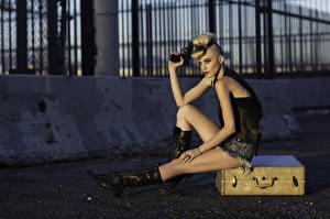 Bilder Pistolen Blond Mädchen Koffer Sitzend Margo Hammand Mädchens