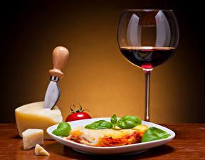 Fotos Stillleben Wein Käse Lasagne Weinglas Teller