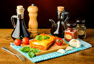 Fotos Backware Tomate Knoblauch Gewürze Lasagne Flaschen