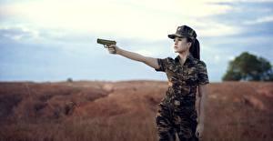 Bilder Asiatisches Pistole Tarnung Militär Mädchens