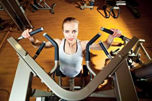 Fotos Fitness Unterhemd Turnhalle Trainieren gym machine Sport Mädchens