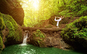 Hintergrundbilder Wasserfall Baumstamm Felsen Yoga Laubmoose Natur Mädchens