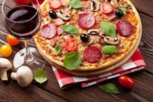 Bilder Fast food Pizza Wurst Pilze Gemüse Wein Weinglas Basilienkraut Lebensmittel