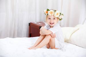 Bilder Rosen Kleine Mädchen Lächeln Sitzend Bett Kinder