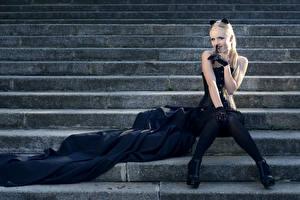 Fotos Blond Mädchen Treppe Uniform Bein Sitzend Mädchens