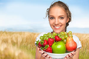 Hintergrundbilder Obst Birnen Erdbeeren Weintraube Äpfel Gesicht Lächeln Teller Dunkelbraun junge frau Lebensmittel