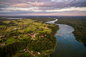 Bakgrunnsbilder Landskapsfotografering Litauen Elver Elv Åker Skog Bygninger Himmelen Ovenfra Dubingiai Natur