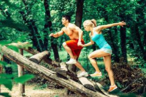 Fotos Fitness Mann Zwei Bein Unterhemd Sportschuhe Mädchens Sport