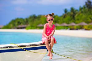 Hintergrundbilder Küste Boot Kleine Mädchen Brille Sitzend Kinder