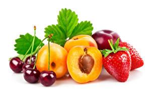 Hintergrundbilder Obst Erdbeeren Kirsche Marille Blattwerk Weißer hintergrund Lebensmittel