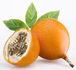 Bilder Obst Großansicht Blatt Weißer hintergrund Passion fruit Lebensmittel