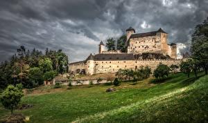 Bureaubladachtergronden Oostenrijk Burcht Een boom Gras Rappottenstein een stad