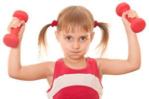 Hintergrundbilder Fitness Kleine Mädchen Blondine Hantel Hand Weißer hintergrund Kinder