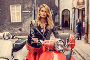 Bakgrundsbilder på skrivbordet Blond tjej Glasögon Jacka Unga_kvinnor Motorcyklar