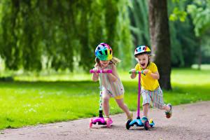 Bilder Jungen Kleine Mädchen Helm Lächeln kind