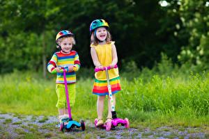 Hintergrundbilder Jungen Kleine Mädchen 2 Helm Lächeln Kleid Kinder