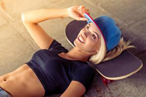 Fonds d'écran Skate Blondeur Fille Sourire Casquette de baseball Ventre Filles