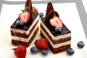 Images Sweets Little cakes Strawberry Blueberries Chocolate Two Food