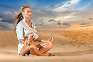 Bilder Lotossitz Joga Blondine Sand Bein Mädchens