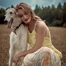 Bilder Hund Blond Mädchen Windhund Russian hunting sighthound Mädchens Tiere