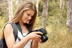 Hintergrundbilder Fotoapparat Lächeln Dunkelbraun Photograph Mädchens
