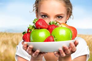 Hintergrundbilder Äpfel Erdbeeren Starren Mädchens