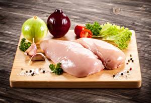 Fotos Fleischwaren Zwiebel Gemüse Gewürze Hühnerfleisch Schneidebrett