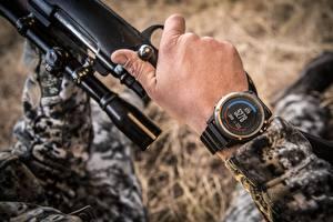 Hintergrundbilder Gewehr Armbanduhr Hand