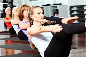 Bilder Fitness Hand Dehnübungen Mädchens Sport