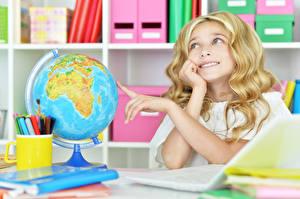 Fotos Kleine Mädchen Globus Blondine Hand Kinder