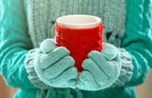 Bilder Großansicht Hand Trinkglas Sweatshirt