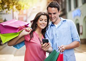 Bilder Mann Paare in der Liebe 2 Lächeln Braunhaarige Einkaufen Tüte junge Frauen