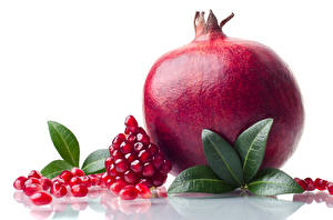 Hintergrundbilder Granatapfel Großansicht Getreide Weißer hintergrund Blatt Lebensmittel