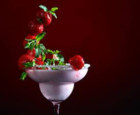 Fotos Getränke Erdbeeren Farbigen hintergrund Weinglas Design Lebensmittel