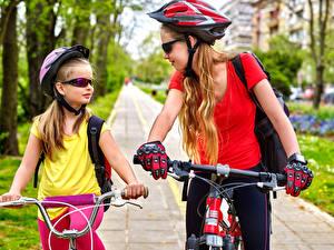 Fotos Fahrradlenker 2 Kleine Mädchen Helm Brille Handschuh Fahrräder kind Sport
