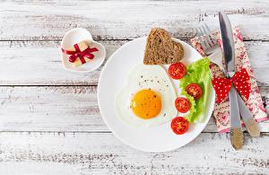 Bureaubladachtergronden Brood Tomaten Het mes Bord maaltijd Spiegelei Vork Hartje En boog Voedsel