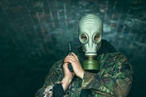 Bureaubladachtergronden Pistolen Camouflage Gasmasker