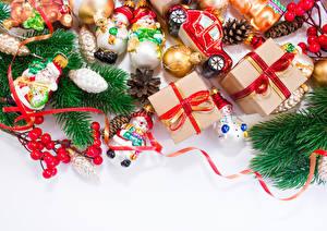 Bilder Feiertage Neujahr Geschenke Ast Schneemänner Zapfen
