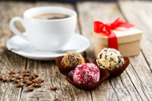 Bilder Kaffee Bonbon Tasse Geschenke Getreide Untertasse Bretter Lebensmittel