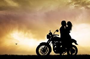 Bakgrundsbilder på skrivbordet Par i kärlek Kärlek Män Siluett Krama motorcykel Unga_kvinnor