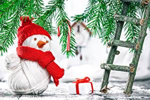 Hintergrundbilder Feiertage Neujahr Spielzeuge Schneemänner Mütze Treppen Ast
