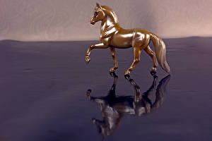 Photo Horse Toy 1ZOOM Gold color Reflected