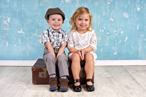 Fotos Kleine Mädchen Junge Zwei Bein Lächeln Koffer Sitzt Kinder