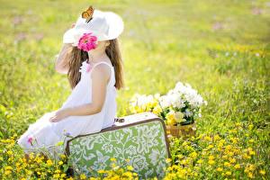 Hintergrundbilder Grünland Koffer Sitzend Der Hut Kleine Mädchen kind
