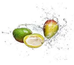 Fotos Wasser Mango Spritzer Weißer hintergrund Lebensmittel
