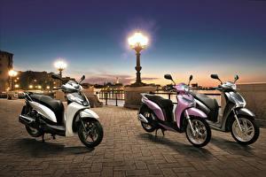 Fonds d'écran Honda - Motocyclette Soir Scooter Trois 3 Réverbère Waterfront 2013 SH300i Sporty SH Mode 125 SH150i