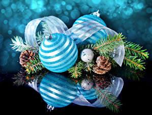 Hintergrundbilder Feiertage Neujahr Kugeln Ast Band Zapfen Hellblau Spiegelung Spiegelbild