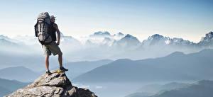 Hintergrundbilder Gebirge Mann Bergsteigen Bergsteiger Rucksack Tourist Adventure tourism Natur