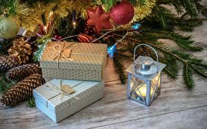 Fotos Neujahr Feiertage Kerzen Geschenke Schachtel Lampe Ast Zapfen Lichterkette