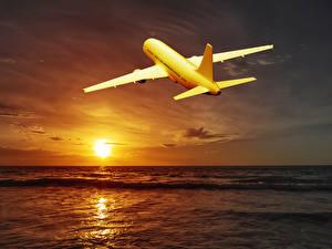 Hintergrundbilder Flugzeuge Verkehrsflugzeug Himmel Morgendämmerung und Sonnenuntergang Meer Sonne Horizont Luftfahrt
